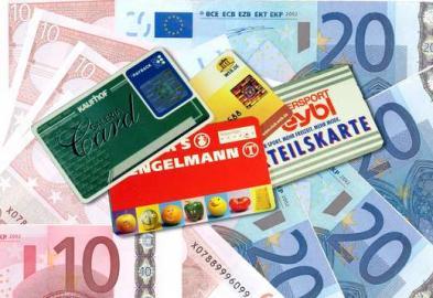 collage aus Geldscheinen und Paayback-, Clubkarten