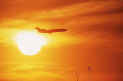Sonnenuntergang, Flugzeug vor der Sonne