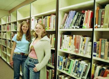 Mädchen vor einem Bücherregal, Bibliothek, Bücherei