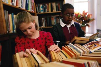 Bücherei, Mädchen stöbert in Büchern,
