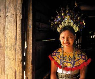 Herzlich Willkommen: traditionell gekleidete Iban-Frau.
