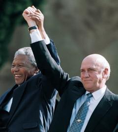 Der südafrikanische Präsident Nelson Mandela und sein Vizepräsident Frederik Willem de Klerk nach der Amtseinführung 1994