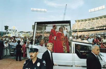 Papst Johannes Paul II. im Papamobil / 1987 USA