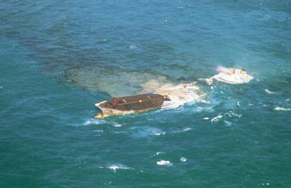 """Der Supertanker """"Amoco Cadiz"""" sinkt im Golf von Biskaya."""