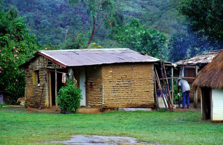 Während der Missionierung Neukaledoniens wurden die traditionellen Bauten verdrängt und neue Techniken (Lehmbau) eingeführt