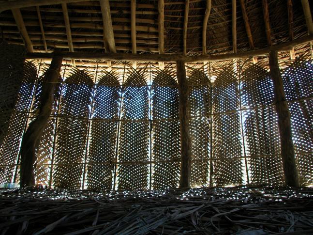 Schöne Lichteffekte ergibt die Wandverkleidung aus ineinander verwobenen Kokospalmblättern