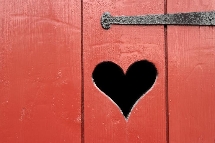 Herz auf Toilettenhäuschen