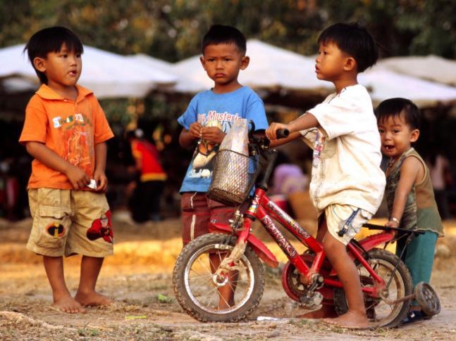Kinder mit einem schicken Fahrrad