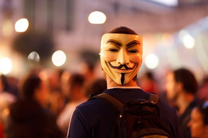 Mann mit Guy-Fawkes-Maske