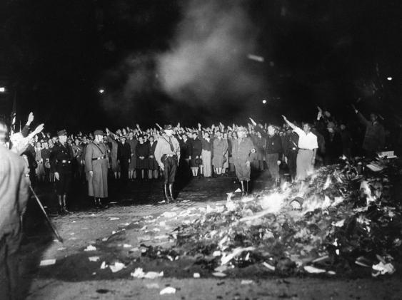 """Bücherverbrennung: """"Undeutsche"""" Literatur geht in Flammen auf."""