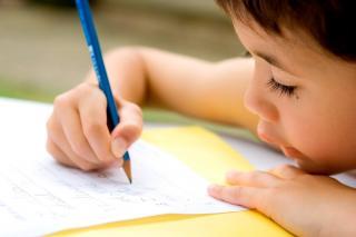 Junge beim Schreiben