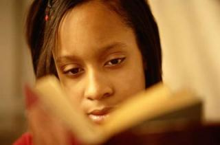 junge farbige Frau, lessen, Buch