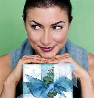 Frau mit Geschenk