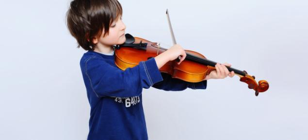 Junge spielt Geige