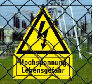 """Schild: """"Hochspannung, Lebensgefahr"""""""