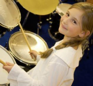 Mädchen spielt Schlagzeug