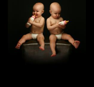 Kleinkinder mit trinkflaschen