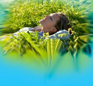 Junge Frau liegt im Gras