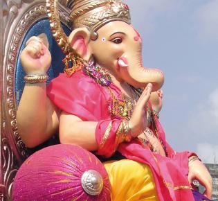 Ganesha-Figur bei einer Prozession
