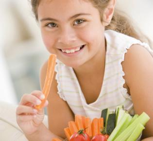 Kind isst Rohkost