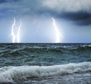 Gewitterwolken über dem Meer