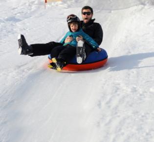 Papa und Sohn beim snowtuben
