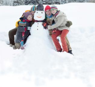 Familie mit Schneemann