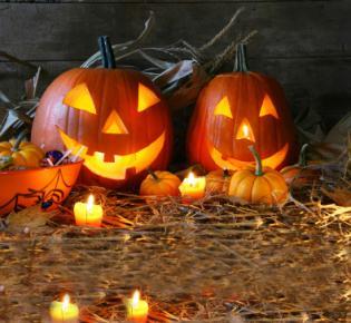 Leuchtend geschnitzte Kürbisse für Halloween